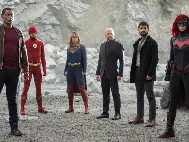 El CW está fuera de los nuevos espectáculos, por lo que está volviendo a correr la crisis en tierras infinitas