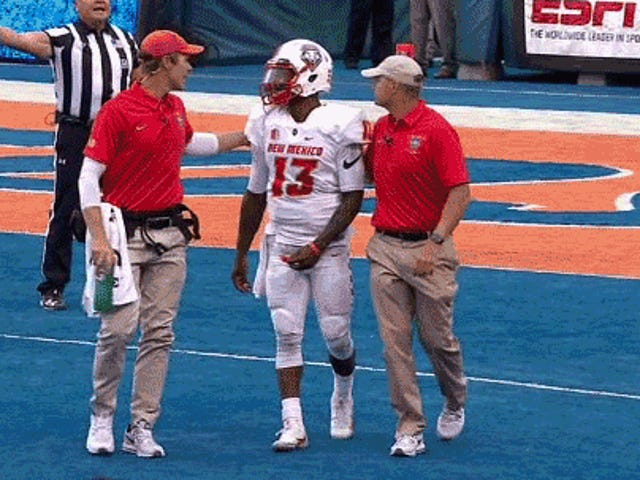 New Mexico Quarterback Lamar Jordan kæmper off Field efter brutal Hit