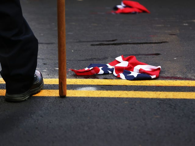 Black Mom Singlehandedly Breaks Up Confederate Group in South Carolina