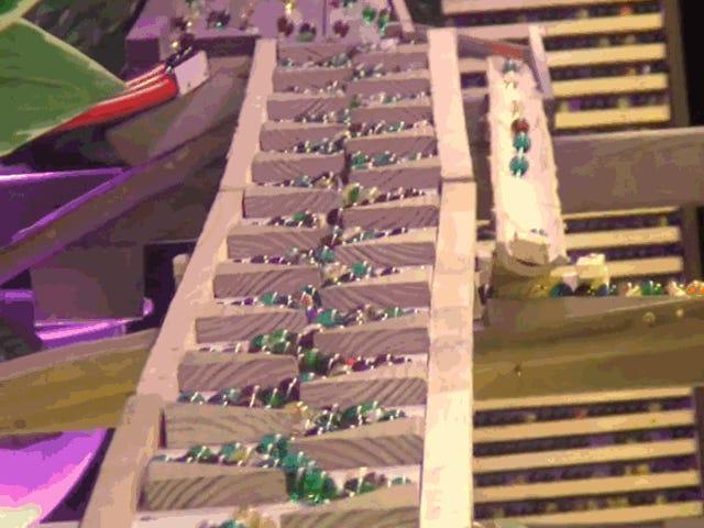 Esta máquina es ingeniería pura y funciona con 11.000 canicas