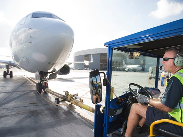 アメリカン航空は36年ぶりに貨物専用機を利用しています