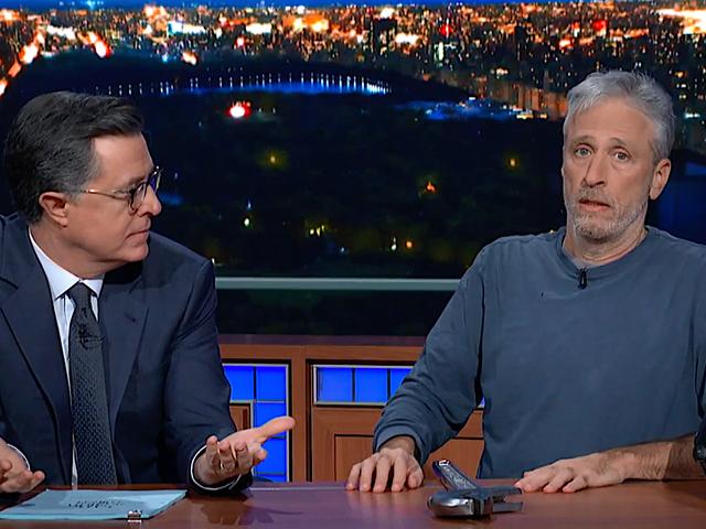 Jon Stewart mempamerkan filem barunya yang tidak dapat ditarik dari bawah meja Stephen Colbert