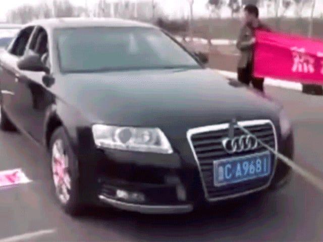 Kung Fu Master trekt zeven auto's met zijn ballen van staal