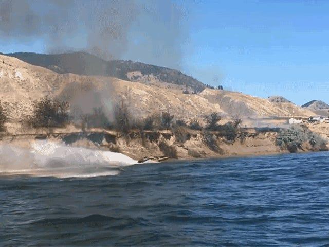 Katso tämä sankarillinen kapteeni Käytä veneensä tehokasta virtausvirtaa laittamalla massiivinen tulipalo