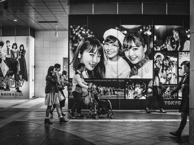 害羞的女孩。 日本汐留的日本电视大楼