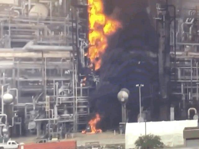 Uma usina química de Houston, de propriedade da Exxon, está em chamas