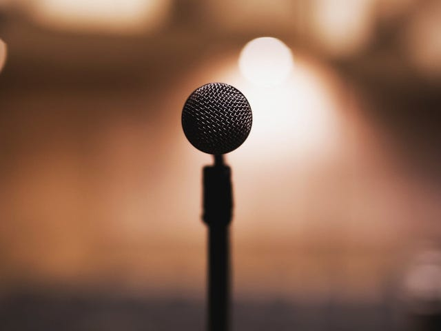 Torne o discurso público mais fácil com este teleprompter controlado por voz
