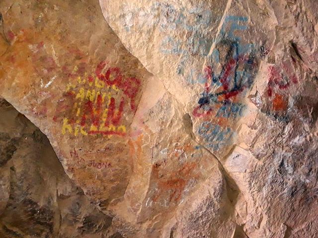 Turistas destrozan un conjunto de pinturas rupestres de hace milesdeañoshaciendopintadas encima <em></em><em></em>
