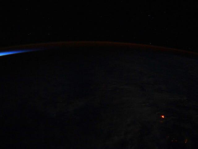 El punto naranja de esta foto es la lava del volcán Kilauea vista desde la Estación Espacial Internacional