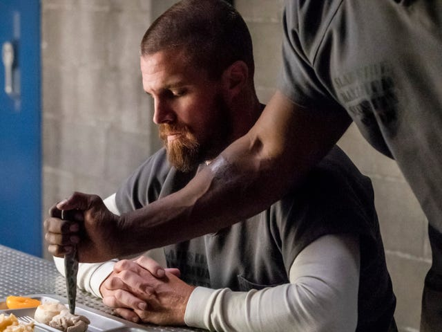 Oliver Queen's in the slammer, so tonight's Arrowpremiere should be cheery