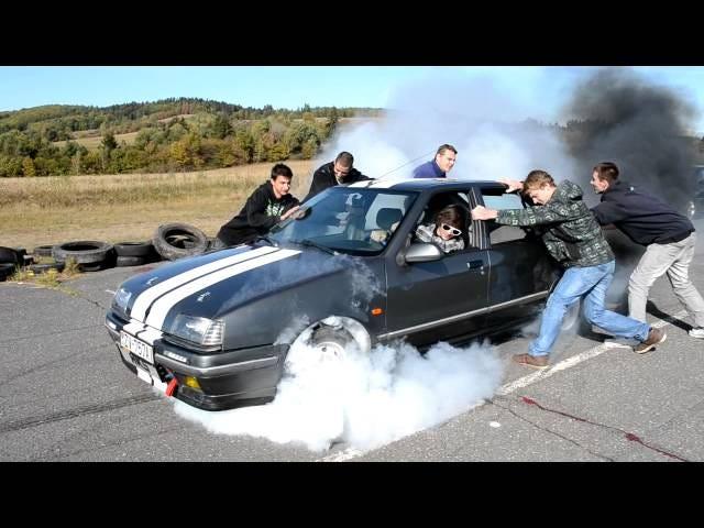 Il faut cinq types pour retenir l'impressionnante puissance d'une Renault 19