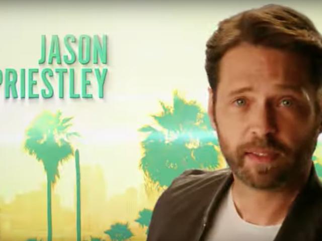 Her şey çok güzel ve 90210 oyuncuları orjinal açılış kredilerini yeniden yarattığında hiçbir şey acıtmıyor