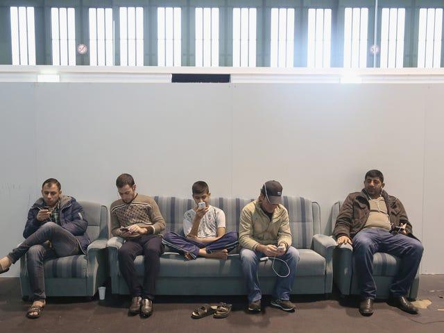 Ci sono più rifugiati siriani in questo aeroporto di Berlino che negli Stati Uniti