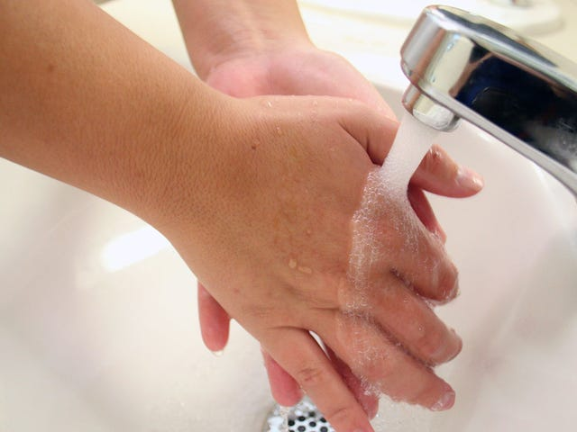 5 falsos mitos sobre lavarse las manos (y cómo hacerlo correctamente)