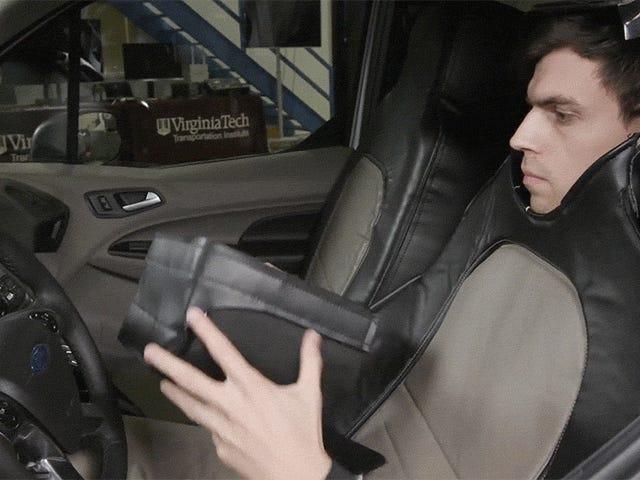 Ford finansierte det ukjent i en bilseterkostyme som syntes å være en selvdrevet bil