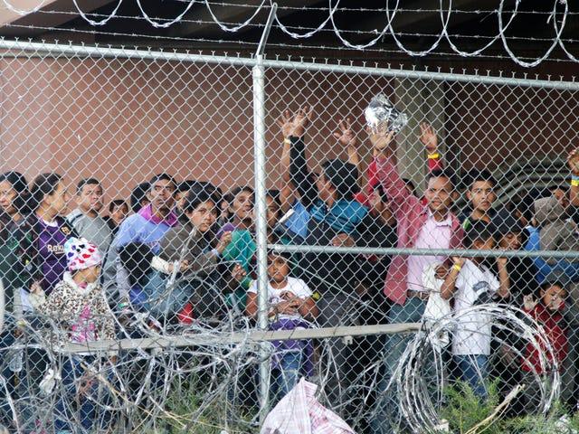 Trump Administration leitet FEMA-Geld für Katastrophenhilfe um, um mehr Migranten in Käfigen zu halten