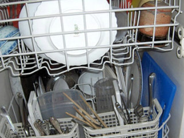 Use a Drying Rack to Prevent Plastic Containers From Moving in the Dishwasher