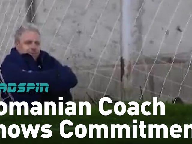 あなたの失敗は、このサッカーコーチがフェンスに傾けようとしていると同時に不作為に終わることがあります。