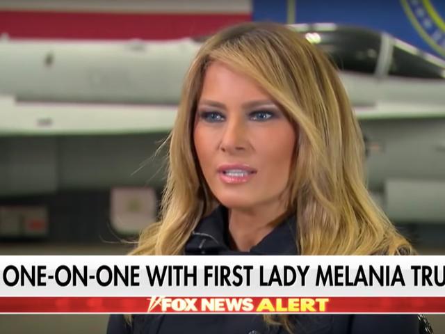 Y aquí tenemos a Melania Trump que recuerda cómo enamorarse de Donald Trump