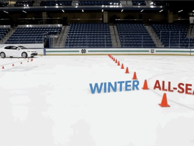 La gran diferencia entre usar neumáticos de invierno o de verano, ilustrada en una pista de hielo