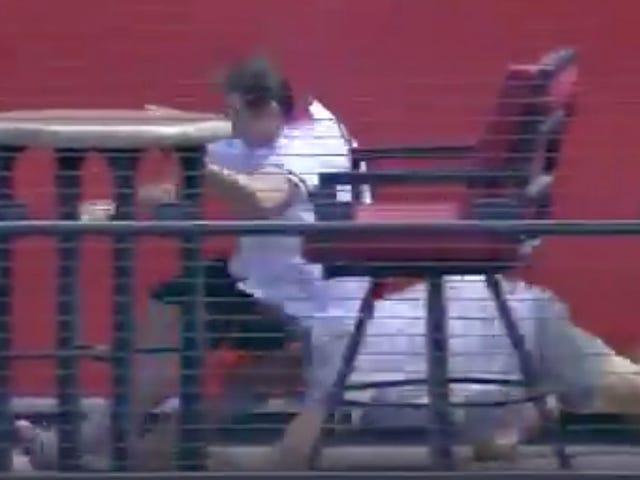 Fans Scramble für Home Run Ball, Debase selbst