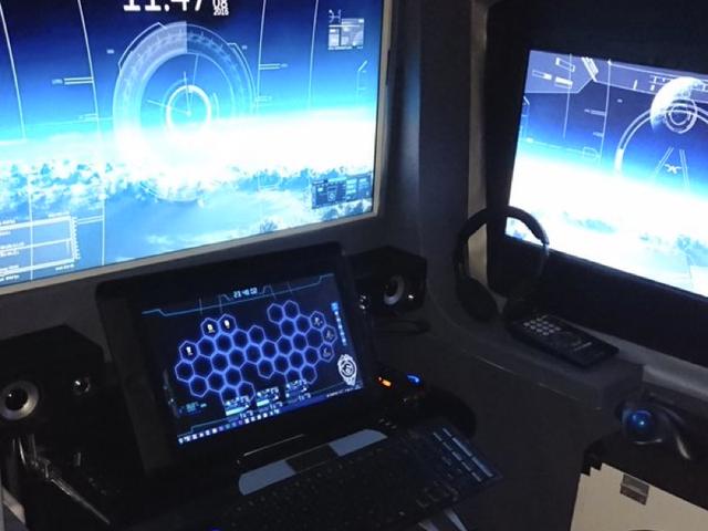 Omkring dig selv med computerskærme gør en god cockpit