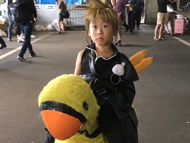 Littlest Cloud Strife Cosplayer cần Nhỏ Chocobo