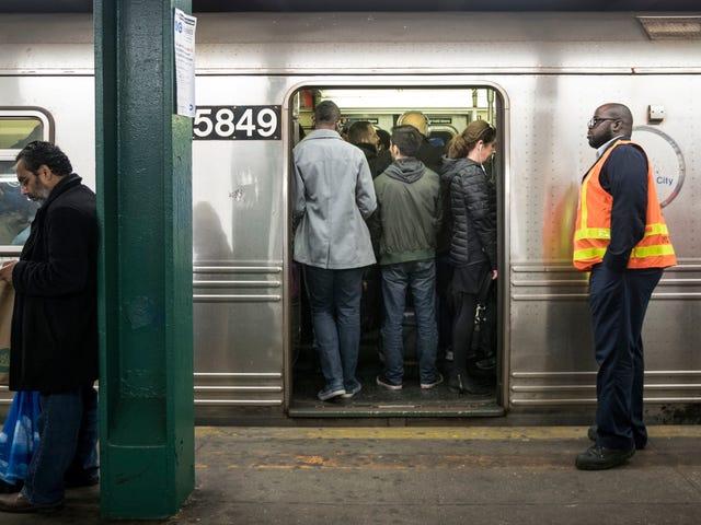 NYC सबवे वर्कर्स बहुत, आपके खोए हुए एयरपॉड्स को उठाते हुए बहुत थक गए हैं