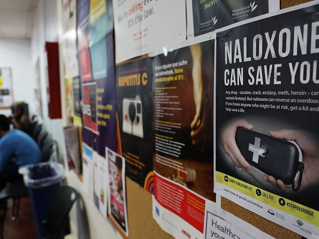Una versión genérica de sobredosis de opiáceos antídoto naloxona acaba de recibir la aprobación de la FDA