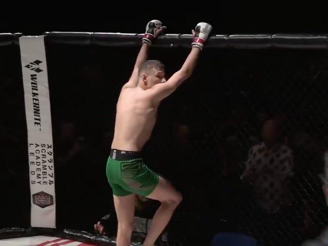 Amatir MMA Fighter Entah bagaimana Melukai Kedua Kaki-Nya Merayakan Knockout-Nya Menang