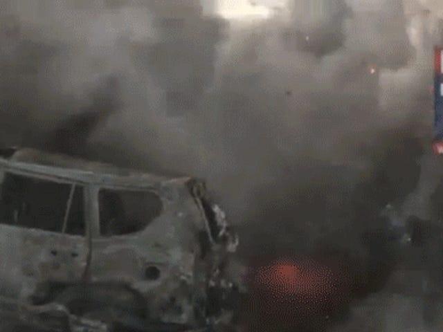 视频:半卡车携带40,000磅烟花在堆积中爆炸