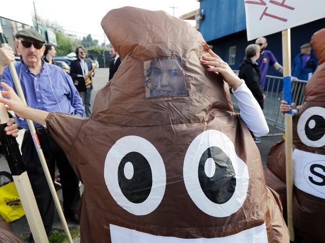 Per favore, prova a indovinare quale candidato presidenziale abbia mai usato l'emoji di merda sorridente