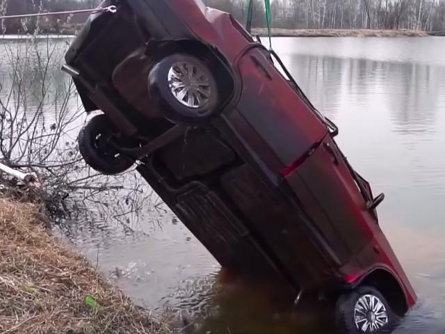 Ecco quanto è difficile avviare un'auto che è stata sott'acqua per sei mesi