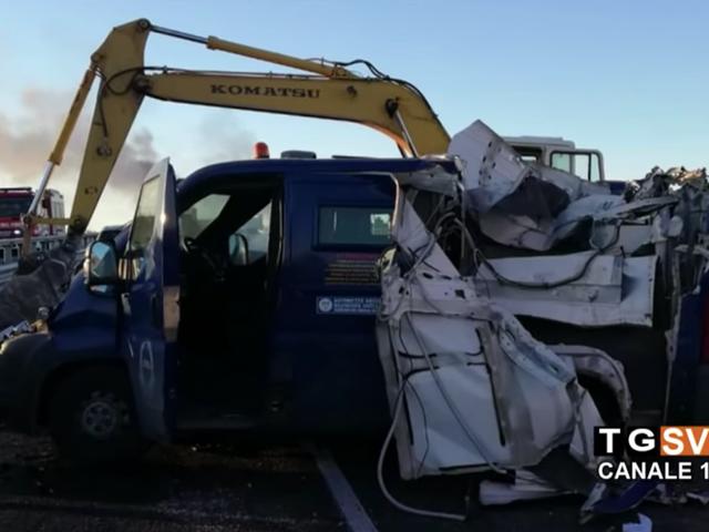 Los ladrones de carreteras en Italia bloquean a la policía con camiones en llamas, despegan la camioneta con retroexcavadora y se van con $ 2.6 millones