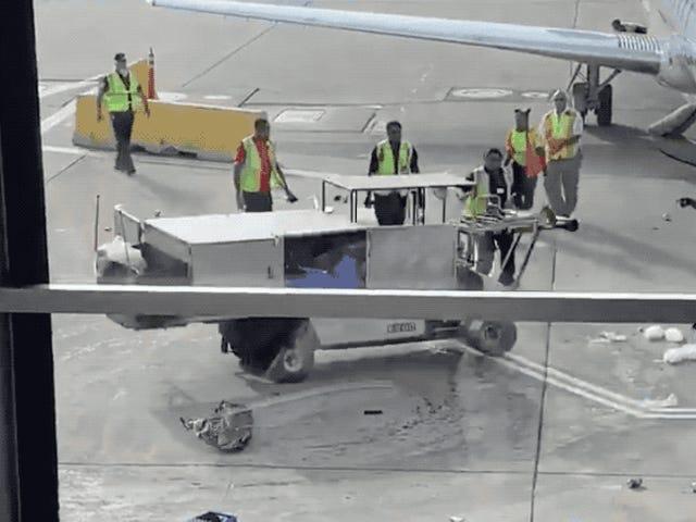 Un operario evita un desastre embistiendo un carrito de catering fuera de control en plena pista de aterrizaje