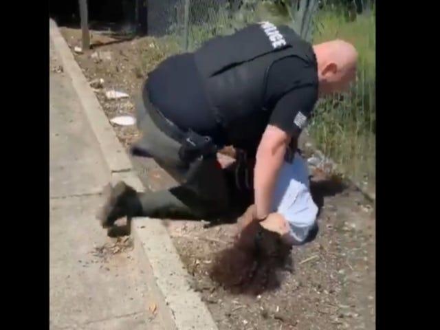 Une vidéo semble montrer un policier qui frappe et claque à plusieurs reprises un enfant noir de 14 ans