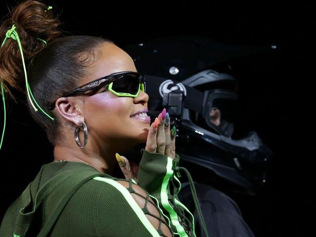 Rihannas Skintight Dirtbike Chic umfasst hochhackige Flip-Flops.  Was ist zu tun?