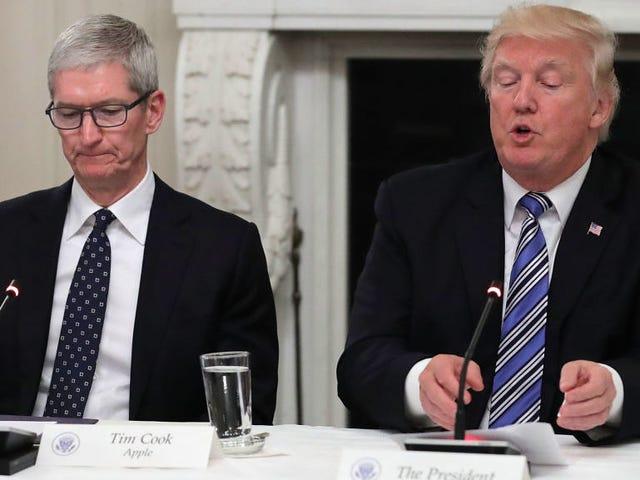 Tim Cook Memanggil Trump dalam Penyataan Dalaman di Charlottesville