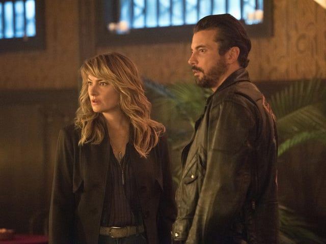 Ở Riverdale, một người săn lùng không có gì trên các máng xối, các băng đảng và ... các băng đảng khổng lồ