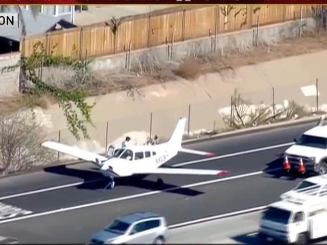 Tonton Pesawat Ini Dengan Aman Melakukan Pendaratan Darurat di Tengah Interstate Aktif