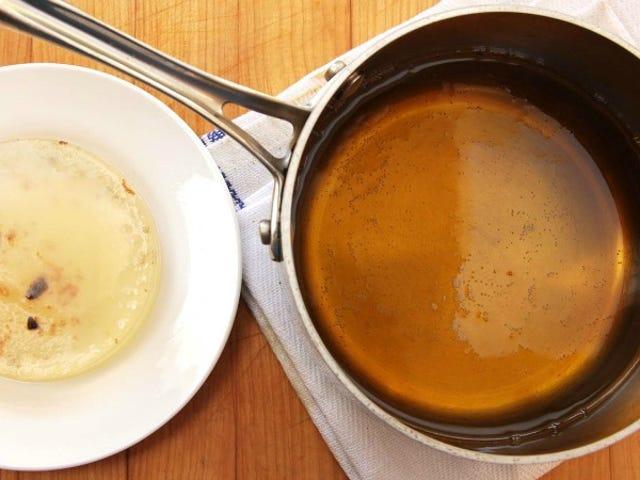 Χρησιμοποιήστε ζελατίνη και νερό για να καθαρίσετε το χρησιμοποιημένο μαγειρικό λάδι και χρησιμοποιήστε το ξανά