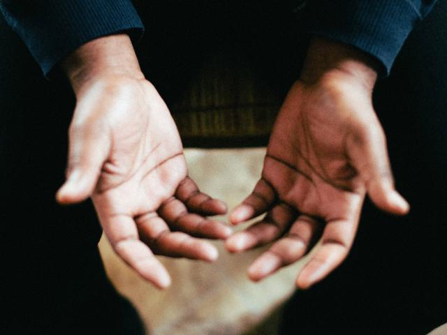 Làm thế nào để thoát khỏi ghim và kim trong tay của bạn