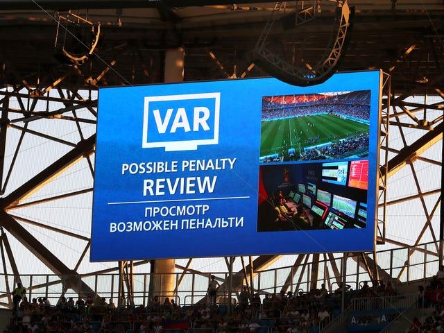 यह फ़ुटबॉल की दुनिया के लिए एकजुट होने का समय है और VAR के बारे में एक समझौता है
