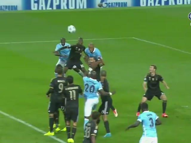 Man Cityn Vincent Kompany käyttää Juventus Defender -päätäsi