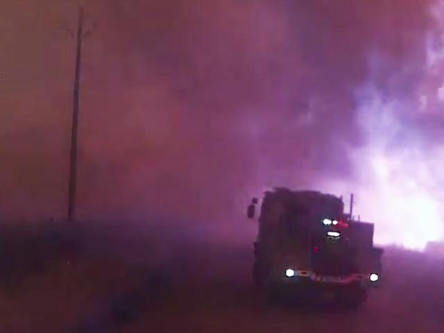 Se det skremmende øyeblikket En rasende Bushfire overtar svarende firetrucks