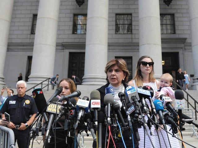 '우리는 그가 혼자 행동하지 않았다는 것을 알고있다': Jeffrey Epstein Accusers는 당국에 정의를 요구한다