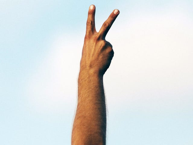 एक टेप उपाय के रूप में अपने हाथ या हाथ का प्रयोग करें