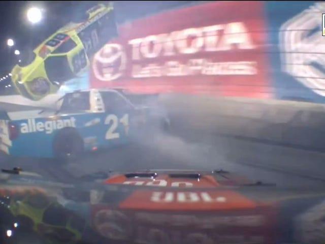 NASCAR Truck Race eindigt zoals het begon: met groot wrak