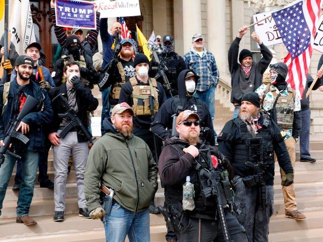 Høyre-protesterende, noen bevæpnede, etterspørselsguvernører avslutter sosiale distanserende tiltak