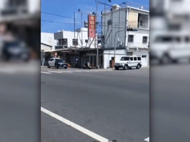 Así es como escapa un delincuente de la policía con una simple scooter